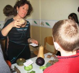 Chantal Géronimi anime un atelier de découverte des fruits et légumes locaux et de saison